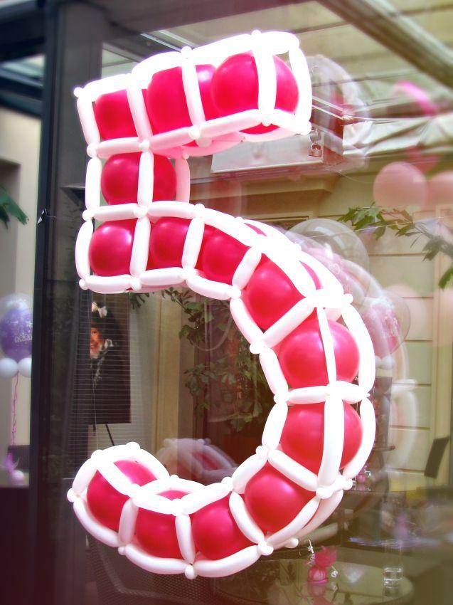 Balonkové číslo vytvořené z balónků kulatých a modelovací - originální balónková výzdoba