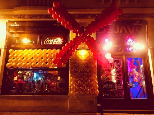 Moulin Rouge z balónků - obrovská balónková výzdoba u vchodu baru.
