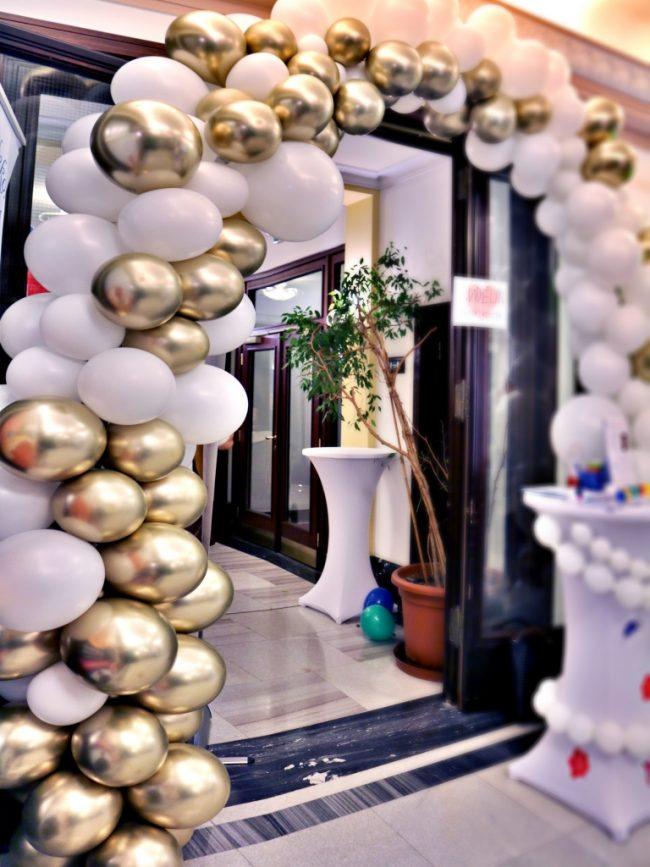 Nepravidelná organická balonková girlanda s chrom balonky