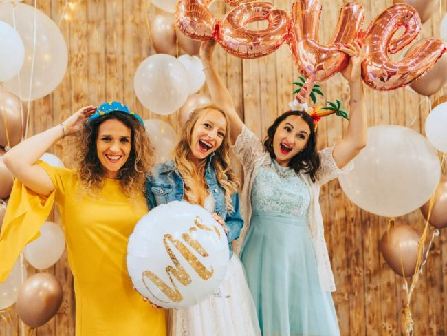 Svatební fotokoutek s balónky s héliem