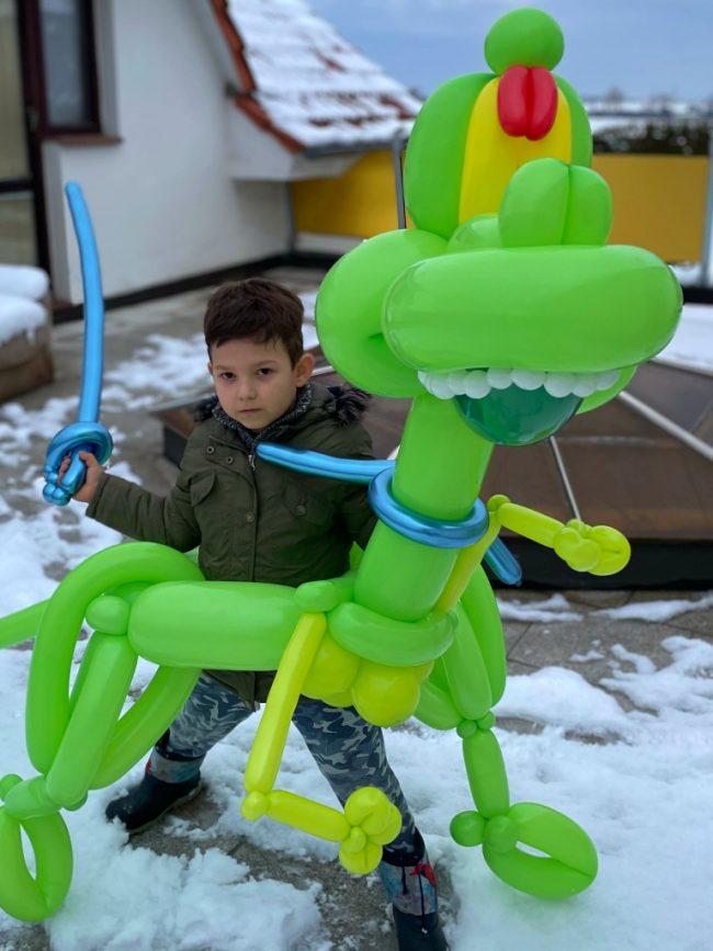 Balónková dílna aneb modelování balónků v podobě krásného zeleného dinosaura a oslavenec s balónkovým mečem