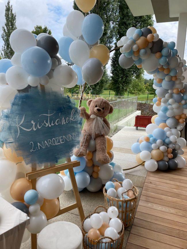 Balónková gilranda decentních barev s plyšovým medvídkem na dětskou narozeninovou oslavu