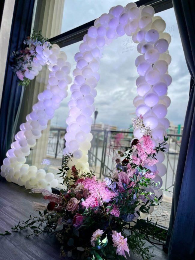 Číslice z malých balónků na firemní akci jako stylová balónková dekorace