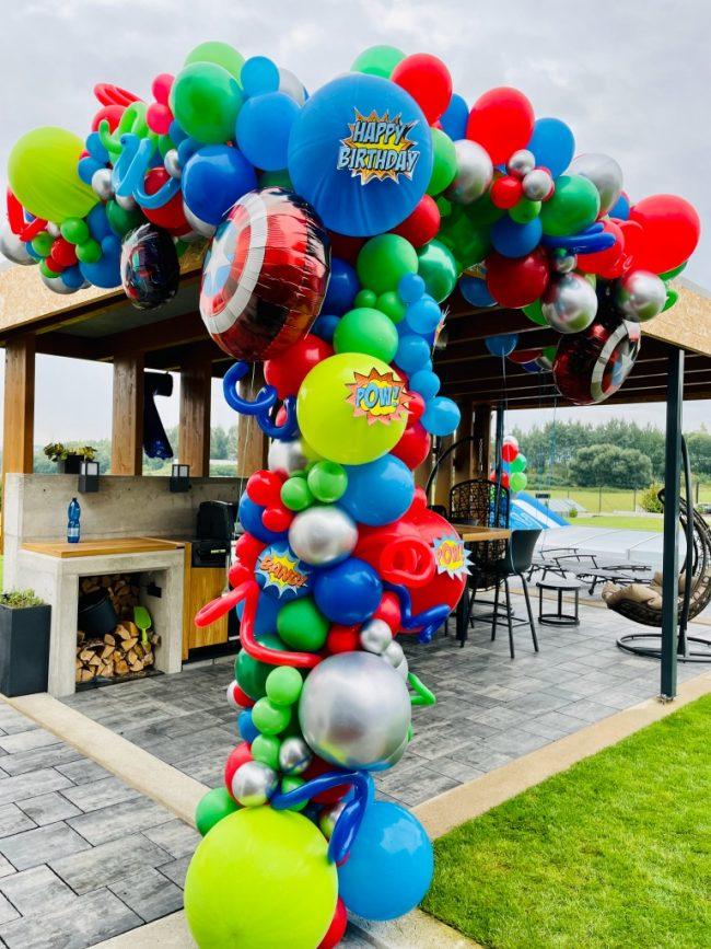 Balónky a balónková výzdoba_superhrdinové_párty pro děti_oslava narozenin a barevné balónky